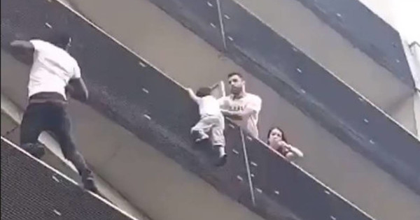 Vidéo : Il escalade un immeuble de 4 étages à Paris pour sauver un enfant